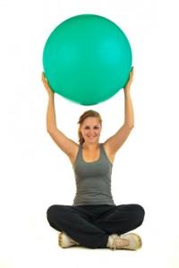 Frau mit Gymnastikball auf der Seite Leistungen der Physiotherapie